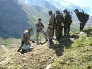 Военнослужащие на курсе горной подготовки